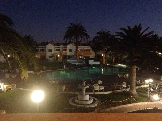 Labranda Corralejo Village: Pool at night time from our balcony