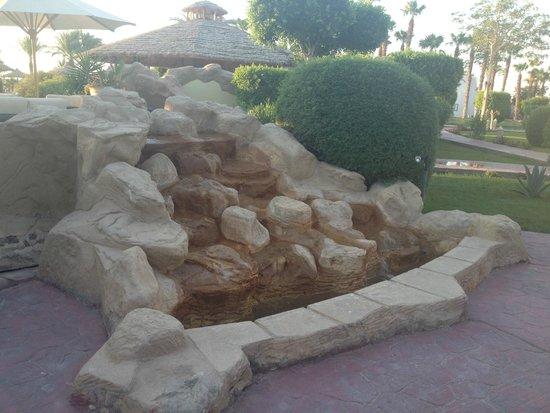 Lotus Bay: редкая удача - работающий фонтан