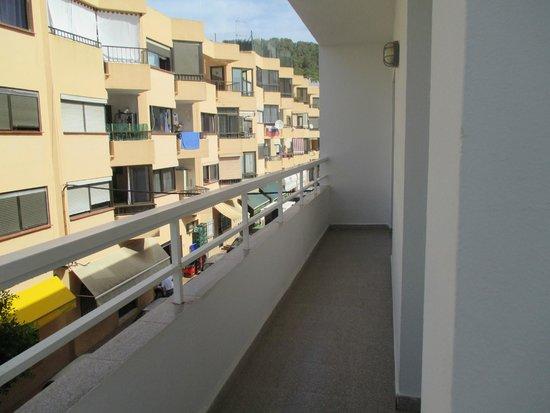 Marian Apartments : amplio balcón