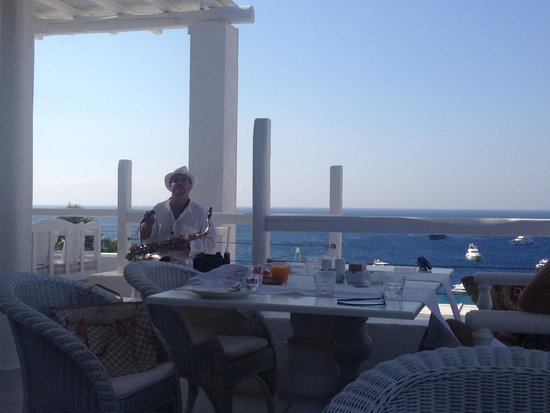 Grecotel Mykonos Blu Hotel: live music during breakfast
