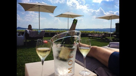Bella Riva Hotel : Champagne by the lake/pool!