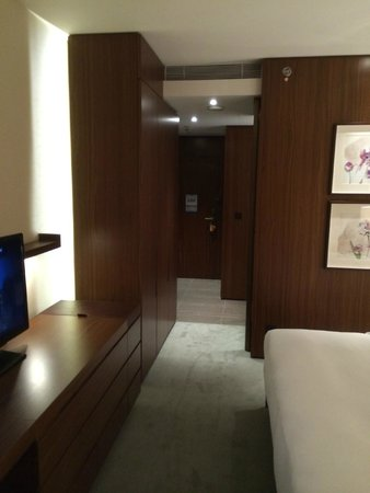 Hilton Kyiv: Sicht auf die Zimmertüre und Flur (Executive King Bed Room)