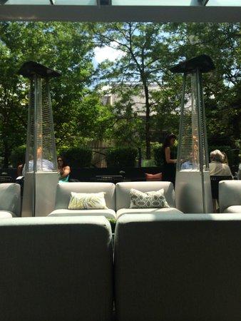 The Ritz-Carlton, Toronto: レストランのテラス