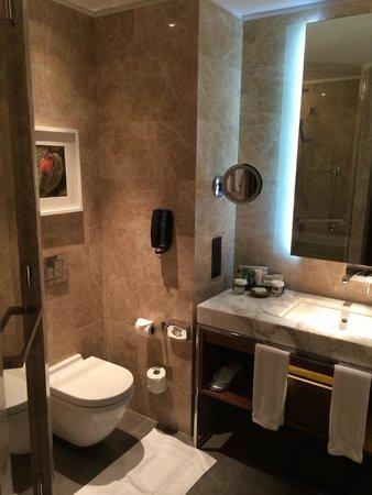 Hilton Kyiv: Sicht ins Badezimmer (Executive King Bed Room)