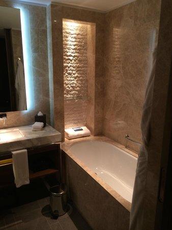 Hilton Kyiv: Sicht auf die Badewanne (Executive King Bed Room)