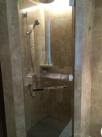 Hilton Kyiv: Sicht auf die Dusche (Executive King Bed Room)