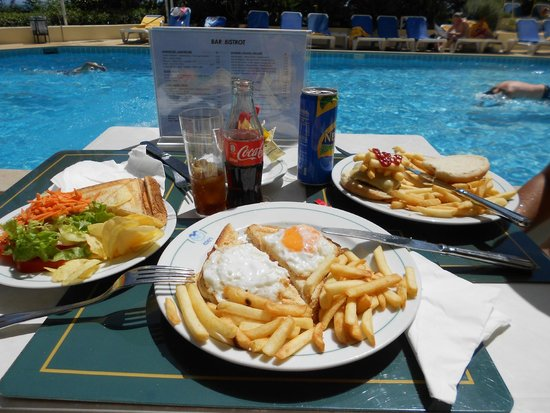 Estoril Eden Hotel : Our lunch at the bar in the swimming pool