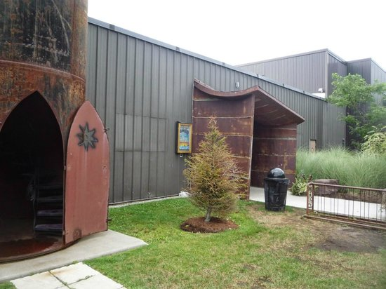 Magic Hat Brewing Company: L'entrée extérieure. À gauche, une sorte de tour dans laquelle vous pouvez monter.