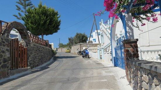 Pension Roussos: a sx piscina a dx ingresso hotel