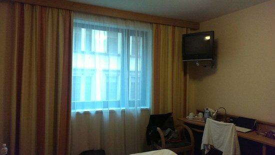 Archibald City: Окно, телевизор и чайные принодлежности на столе