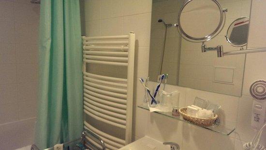 Archibald City: Зеркало в ванной основное и дополнительное двусторонее + фен + корзиночка с мылом, шампунями, ша