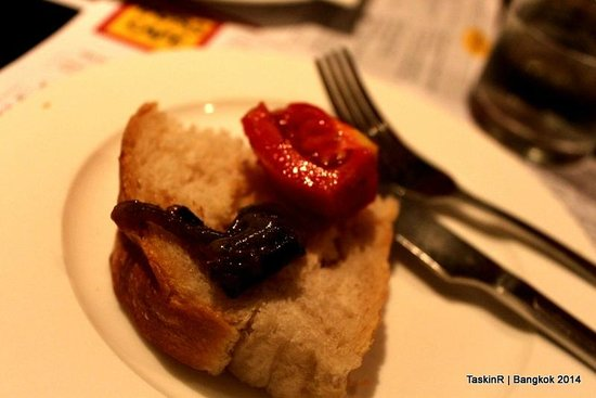 Tapas Cafe: Bread and tomatoes