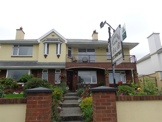 Chelmsford House Lakes of Killarney: Front of the B&B with balcony room