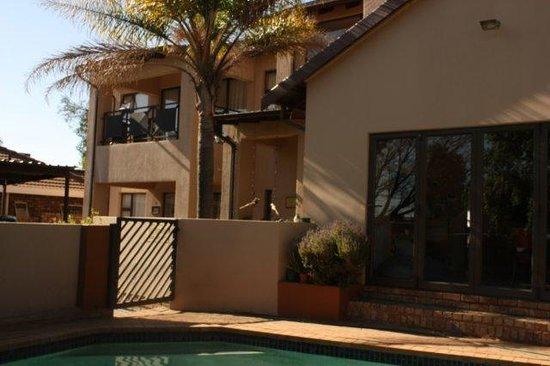 Woodpecker's Inn: Outside