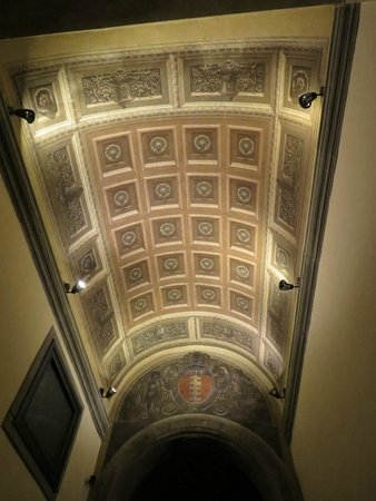 Palazzo Uguccioni : Painted ceiling in the entrance