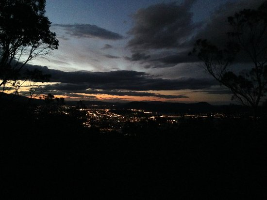 Mount Nelson Lookout : Hobart at dawn from the lookout