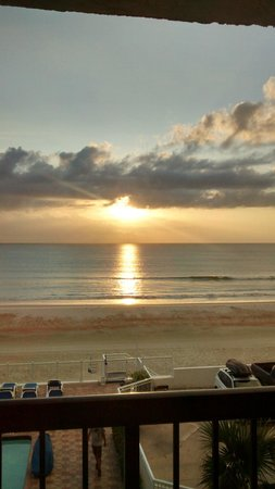 Tropical Winds Oceanfront Hotel : Lever de soleil