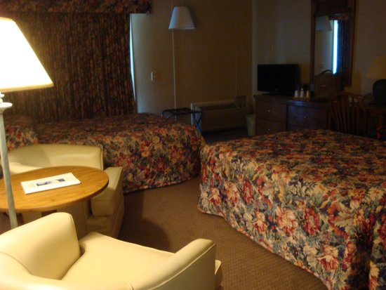 Island Motor Inn Resort: Room with two beds