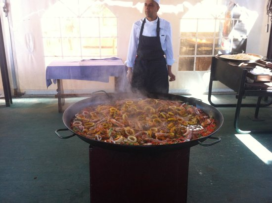 H·TOP Paradis Park: Making paella by the pool brill holiday