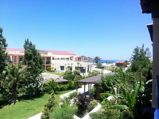 Creta Residence: Вид из номера на соседний отель