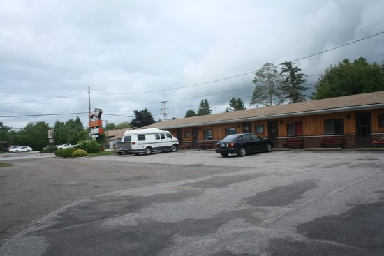 Glen Garry Motel & Cottages: Exterior of Motel
