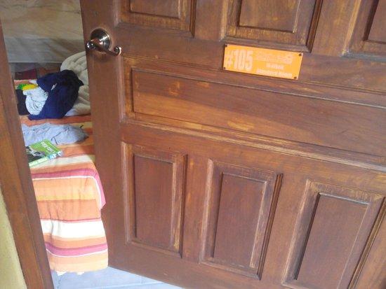 Hotel Diuwak: Entrada de la habitación