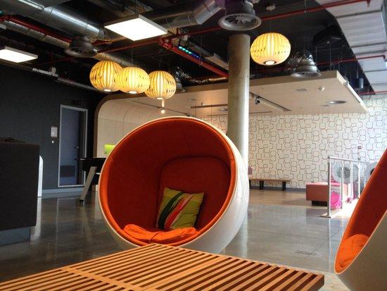 Aloft Brussels Schuman Hotel: Profiter d'un verre dans un siège bulle