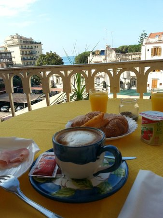 Casa Raffaele Conforti: завтрак на террасе