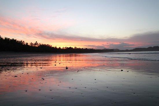 Casitas LazDivaz : Samara beach at sunrise