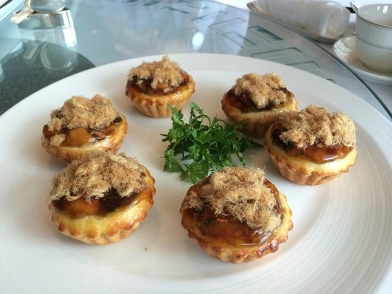 Lung King Heen: Baked tarts with chicken floss