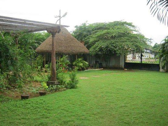 Hotel Ashreya: West Garden