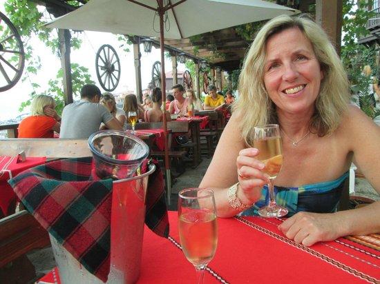 Aquamarin Bistro: Enjoying the local wine.
