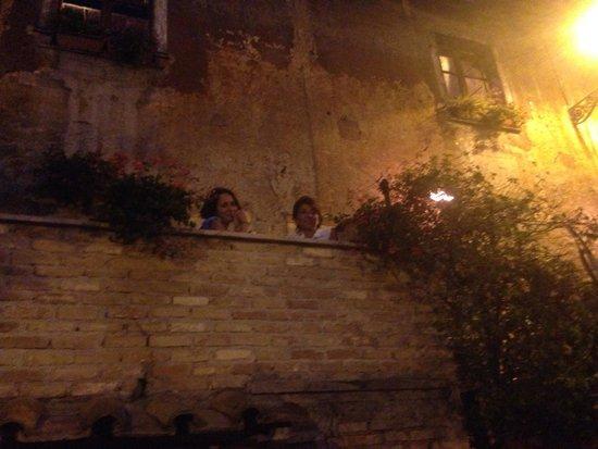 La Taverna de' Mercanti : Il balcone bellissimo che si affaccia sulla piazza