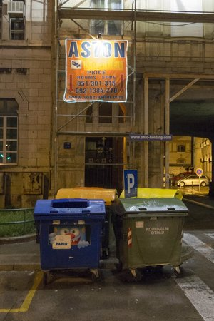Hostel Aston: The entrance is behind the bins