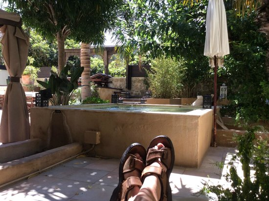 Spirit of the Knights Boutique Hotel : Relaxing by the fountain feature