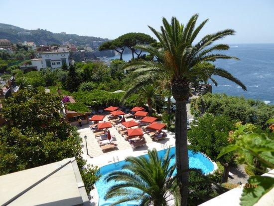 Grand Hotel Ambasciatori: Vue de la chambre sur la piscine et la mer
