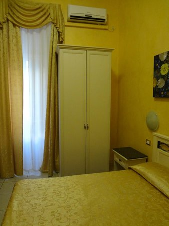 Hotel Antico Distretto: Rooms with window & balcony