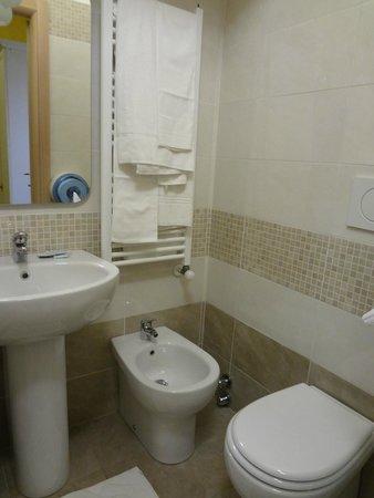Hotel Antico Distretto: New spotless bathroom