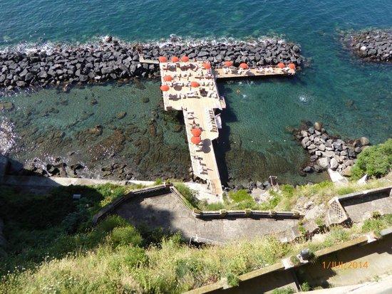 Grand Hotel Ambasciatori: La plage vue de l'hôtel: un ascenseur y descend. L'eau y est claire et très agréable.