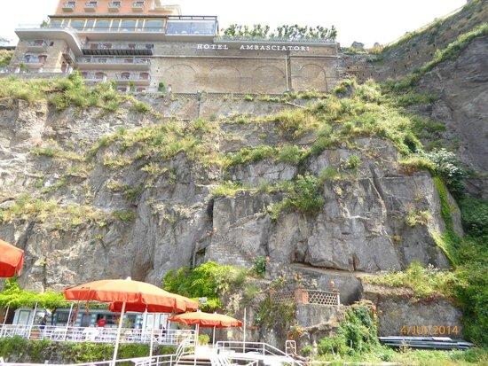 Grand Hotel Ambasciatori: Vue de la plage. L'hôtel est en haut. On peut y monter par des escaliers dans la falaise