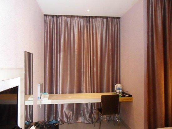 Sri Enstek Hotel: Desk area