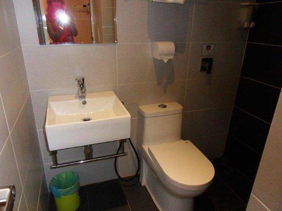 Sri Enstek Hotel : Compact bathroom