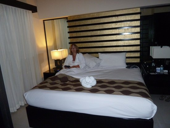 Azul Beach Resort The Fives Playa Del Carmen: Huge bed in suite