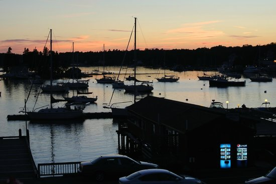 Cap'n Fish's Waterfront Inn: Sunset -- view from our room