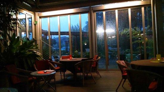 Bamboo Activ Resort: Piscina e acquazzone estivo