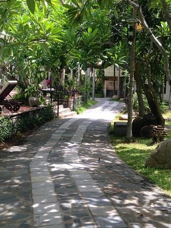 Hoi An Trails Resort: Garden path leading to my room.