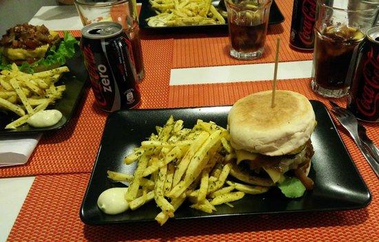 Photo of Restaurant 100% Hamburgueria Artesanal at Rua Padre Américo, 11a, Lisbon District 1600-548, Portugal