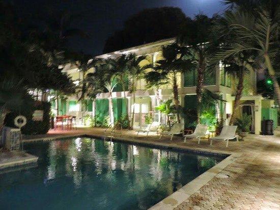 Almond Tree Inn: La piscine