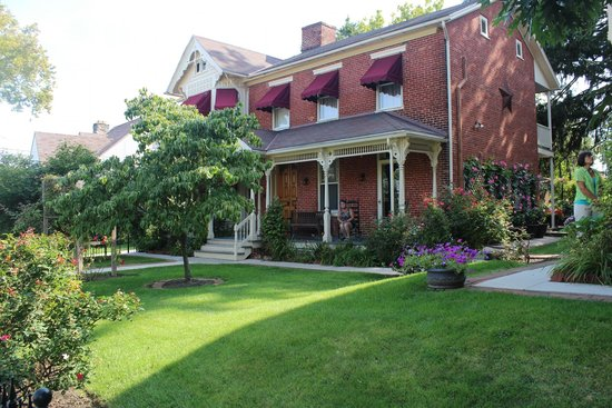 Brickhouse Inn Bed & Breakfast: The Welty House (front porch - Delaware Room)