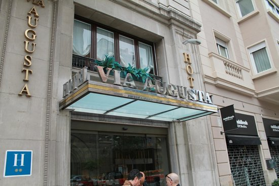Hotel Via Augusta: entrata hotel